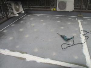 目地部分にはシーリング材を充填させますが、 溝が深くプライマーが塗布しにくいため たっぷり塗布します